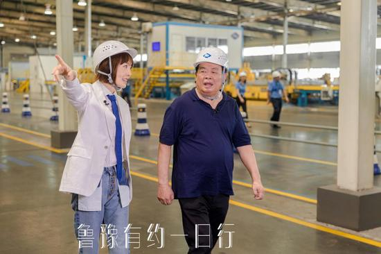 图:曹德旺带领鲁豫探访福耀集团总部工厂