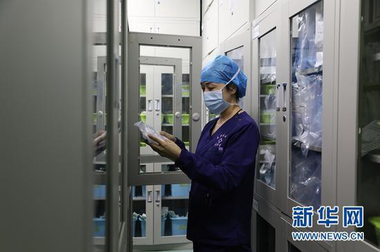 3月19日,周馨瑜在甘肃省肿瘤医院麻醉手术科工作。新华社记者 马莎 摄