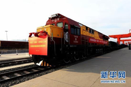 """首列""""陆海新通道""""玉米专列运抵甘肃(兰州)国际陆港(1月20日摄)。新华社发"""
