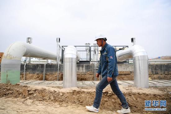 4月8日,中铁二十一局工作人员在兰州新区化工园区污水处理厂厂区行走。新华社记者 陈斌 摄