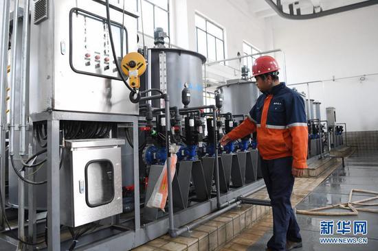 4月8日,兰州新区化工园区污水处理厂工作人员在车间内检查调试设备。新华社记者 陈斌 摄