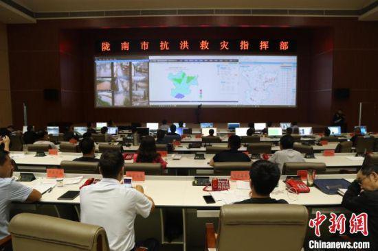 2020年8月中旬,甘肃省陇南市发生泥石流,应急人员利用大数据指挥救援。 陇南市应急管理局供图