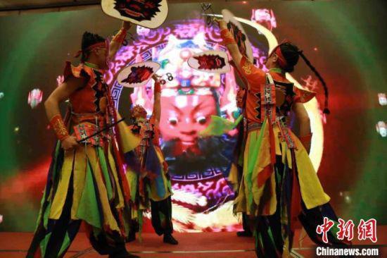 图为定西市非物质文化遗产傩舞表演。 张婧 摄