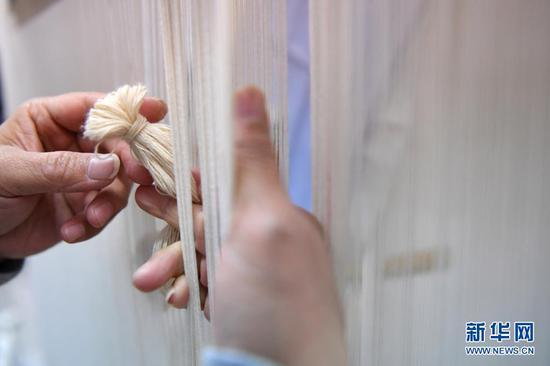 黄晶蓉在天水丝毯织造车间里在整理织线(4月12日摄)。新华社记者 陈斌 摄