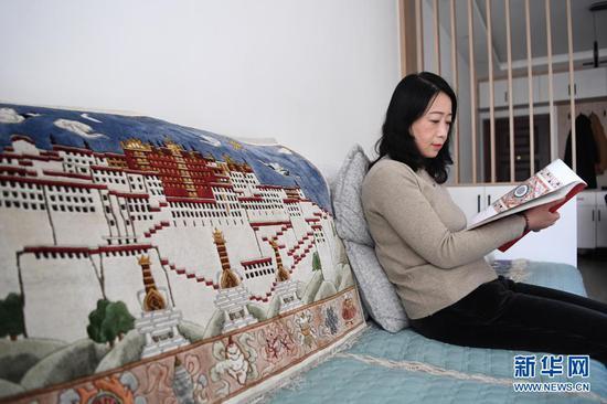 黄晶蓉在家中看书寻找创作灵感(4月14日摄)。新华社记者 杜哲宇 摄