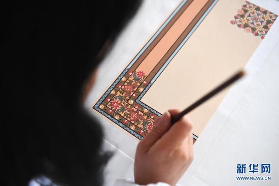 黄晶蓉在画板上给天水丝毯的设计小稿上色(4月12日摄)。新华社记者 陈斌 摄