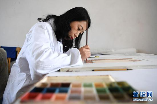 黄晶蓉在做天水丝毯的图案设计(4月12日摄)。新华社记者 陈斌 摄