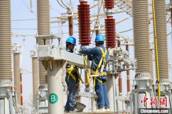 图为4月16日,国网甘肃电力的检修人员正在进行标准化作业。 高展 摄