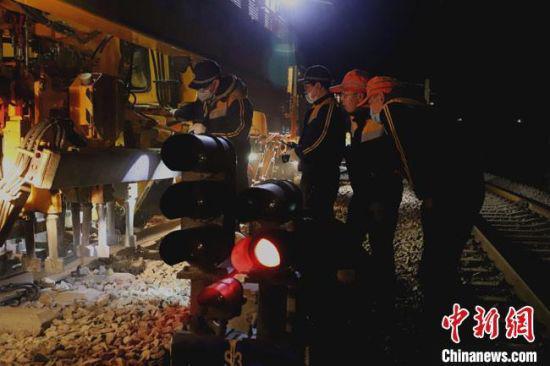 4月19日凌晨1时25分,中国铁路兰州局集团有限公司兰新线第一阶段集中修拉开序幕。 俱娜 摄