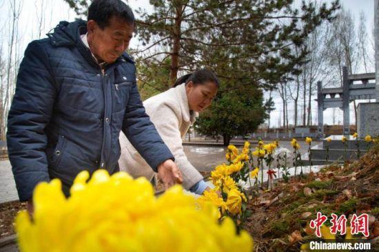 图为陈宗新同女儿陈梦雪祭拜安葬在龙渠烈士公墓红军烈士。(资料图)张掖市委宣传部供图