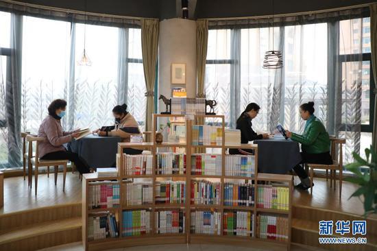 2020年11月27日,市民在兰州市中天嘉园读者小站阅读。新华社记者 马希平 摄