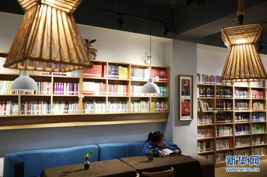 2020年11月27日,学生在兰州市五一市场读者小站看书。新华社记者 马希平 摄