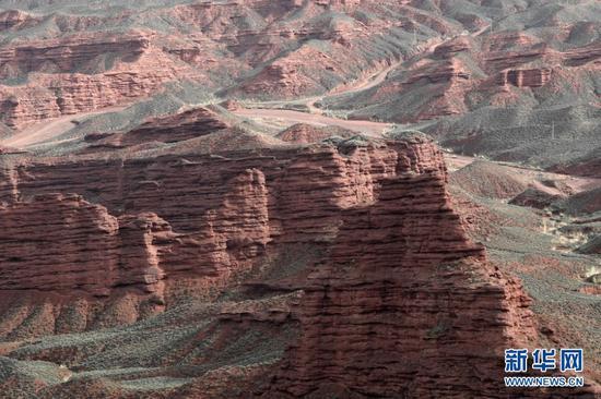 这是平山湖大峡谷一景(4月25日摄)。新华社记者 范培珅 摄