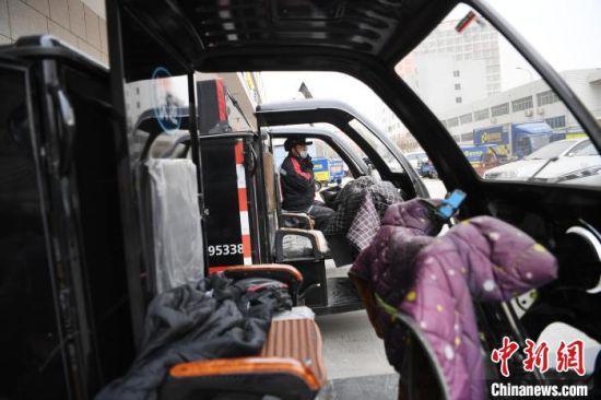 快递员王海龙穿戴安全帽,准备送货。  杨艳敏 摄