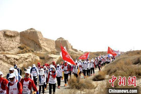 图为参赛选手徒步穿越世界文化遗产锁阳城遗址。 马晶晶 摄