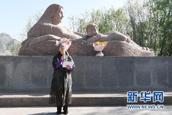 """5月9日,著名雕塑家何鄂讲述""""黄河母亲""""创作故事。新华社记者 范培珅 摄"""