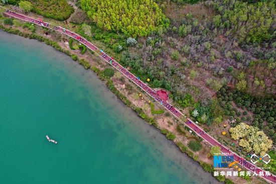 5月10日,甘肃省张掖市芦水湾生态景区,健走爱好者正在比赛。新华网发(杨永伟 摄)
