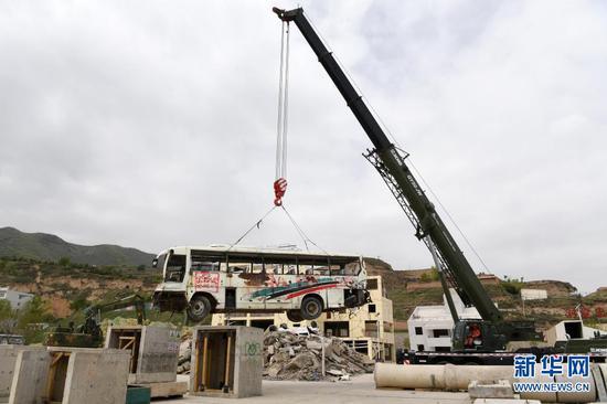 在兰州国家陆地搜寻与救护基地,武警甘肃总队机动支队战士进行起重机吊装作业训练(5月10日摄)。新华社记者 范培珅 摄