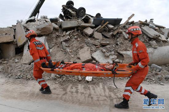 在兰州国家陆地搜寻与救护基地,武警甘肃总队机动支队战士进行伤员转运训练(5月10日摄)。新华社记者 范培珅 摄