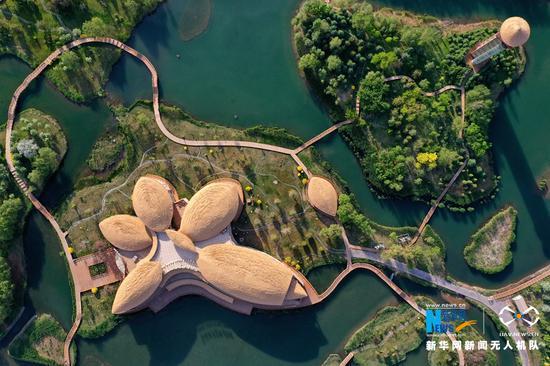 这是近日航拍的甘肃省张掖国家湿地公园内建筑造型。新华网发(吴学珍 摄)