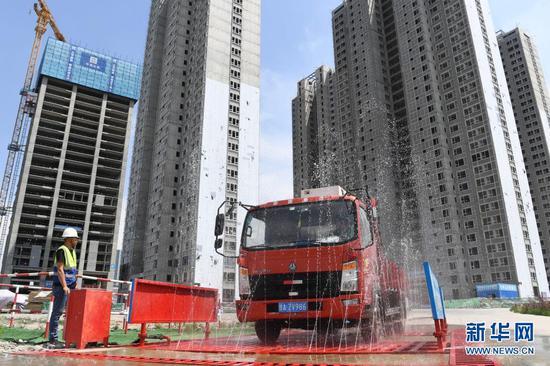 在甘肃省兰州市中建三局一处建设工地上,感应式的洗车台利用循环再生水冲洗车辆,并对污水再次回收利用(5月12日摄)。新华社记者 陈斌 摄