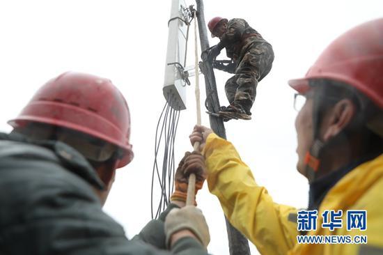 工作人员正在安装拉远基站设备(5月15日摄)。新华社记者张睿 摄