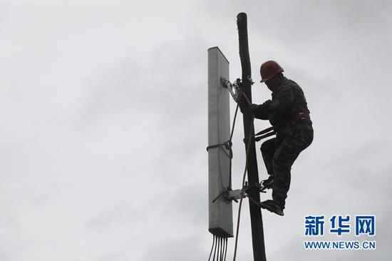工作人员正在刘沟村安装拉远基站设备(5月15日摄)。新华社记者张睿 摄