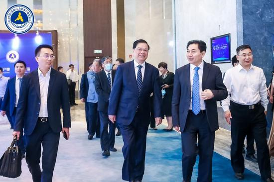 科学技术部原副部长 吴忠泽(左二),济南市委常委、济南高新技术产业开发区管委会主任 王宏志(左三)步入会场