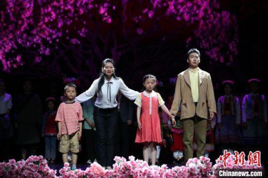 该剧以全国优秀共产党员、甘肃省甘南藏族自治州舟曲县扶贫办原副主任张小娟生前事迹为背景。 任磊 摄