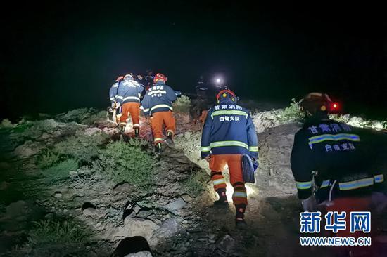 5月23日凌晨,消防救援人员搜救失联人员。新华社发(黄河石林山地马拉松百公里越野赛失联救援指挥部供图)