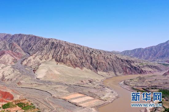 这是5月24日拍摄的甘肃景泰第四届黄河石林山地马拉松百公里越野赛的CP2至CP3赛段部分山体(无人机照片)。新华社记者 范培珅 摄