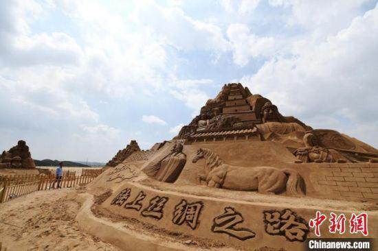 甘肃旅游资源丰富。图为兰州新区的大型沙雕作品吸引游客。(资料图) 魏建军 摄