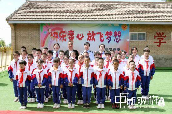 图为庆城县税务局在葛崾岘办事处高庙小学开展爱心进校园慰问贫困儿童活动。