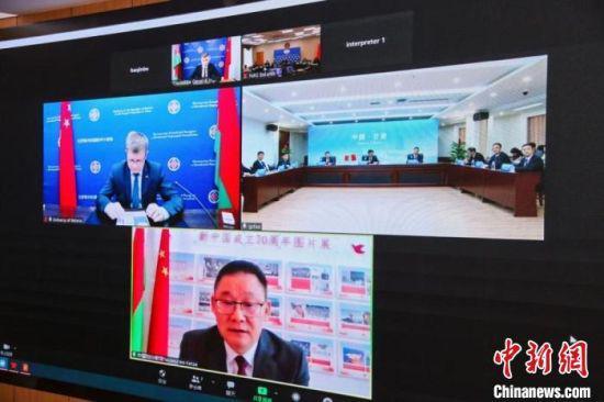 5月31日,《中国—白俄罗斯友好关系发展史》网络视频签约仪式在兰州举行。 甘肃省社会科学院供图