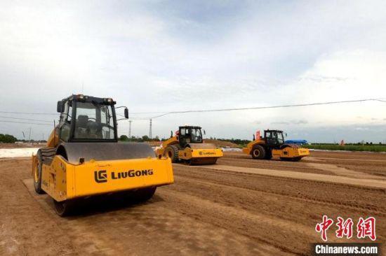 """图为甘肃高速公路施工首次应用""""无人驾驶""""技术。 甘肃省交通运输厅 摄"""