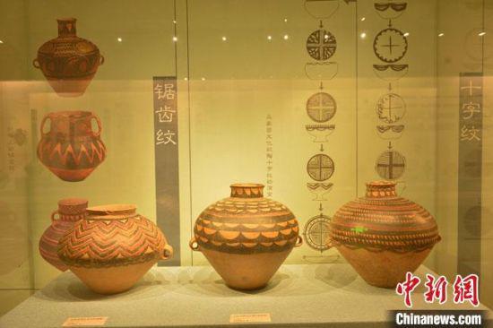 图为展览展出的精美彩陶。 卢伟山 摄