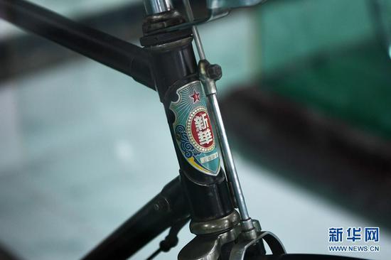 这是在甘肃三木自行车博物馆拍摄的中国生产的新华自行车车标(6月2日摄)。新华社记者 范培珅 摄
