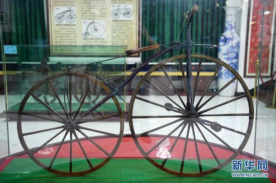 """这是在甘肃三木自行车博物馆拍摄的1816年产自德国的""""走路机""""(6月2日摄)。新华社记者 范培珅 摄"""