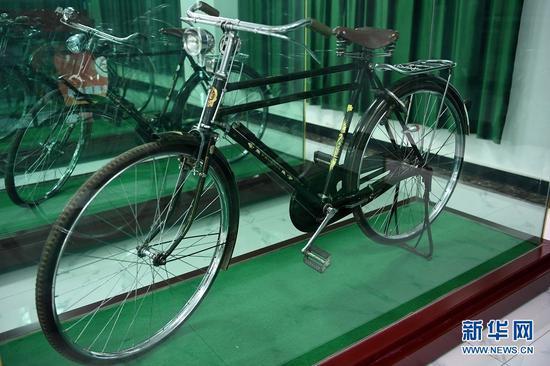 这是在甘肃三木自行车博物馆拍摄的1962年产自中国上海的凤凰自行车(6月2日摄)。新华社记者 范培珅 摄