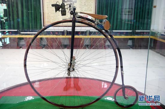 这是在甘肃三木自行车博物馆拍摄的1861年产自意大利的雄鹰大小轮自行车(6月2日摄)。新华社记者 范培珅 摄