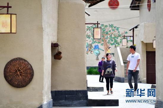 在甘肃省陇南市康县长坝镇福坝村村民在交谈(5月20日摄)。新华社记者 陈斌 摄