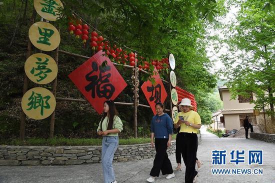 游客在甘肃省陇南市康县长坝镇福坝村游览(5月20日摄)。新华社记者 陈斌 摄