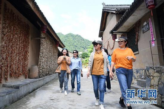 游客在甘肃省陇南市徽县嘉陵镇稻坪村游览(5月19日摄)。新华社记者 陈斌 摄