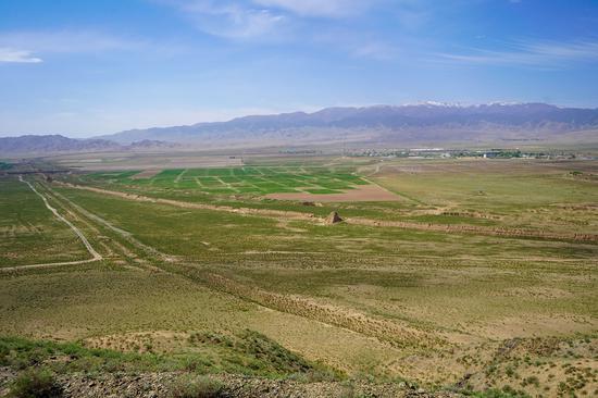 这是在甘肃省张掖市山丹县拍摄的汉代壕堑和明代长城并行的景象(无人机照片,5月28日摄)。山丹地处河西走廊中部,境内汉、明长城绵延近200公里。新华社记者 郎兵兵 摄