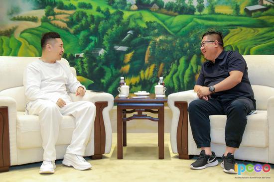 姜鹏在接受中国民贸融媒体中心联席主任郑长宁采访