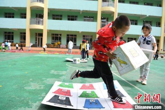 图为孩子们积极参与幼儿园特色活动。 杨艳敏 摄