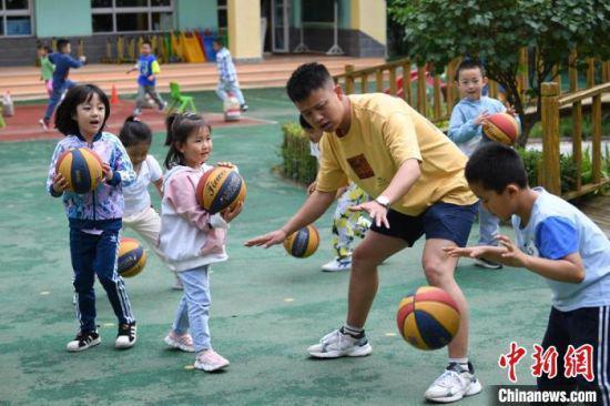 图为孩子们参与体育锻炼。 杨艳敏 摄