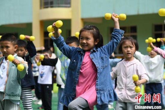图为孩子们积极参与幼儿园活动。 杨艳敏 摄