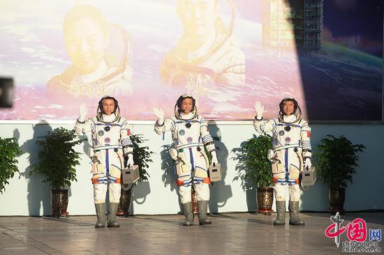 神舟十二号载人飞行任务航天员乘组出征仪式现场,3名航天员聂海胜(中)、刘伯明(右)、汤洪波(左)走出问天阁。中国网记者 杨佳摄影