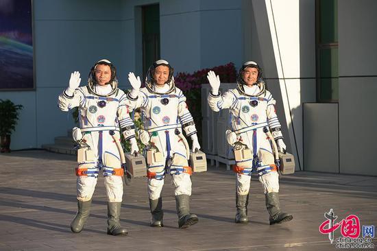 6月17日,神舟十二号航天员出征仪式在酒泉卫星发射中心举行,航天员聂海胜(中)、刘伯明(右)和汤洪波(左)在出征仪式上挥手。中国网记者 杨佳摄影
